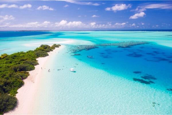 isla desierta con un agua totalmente azul