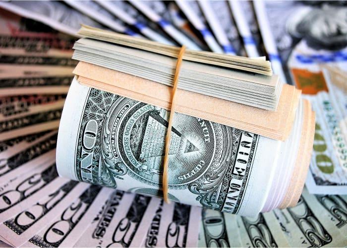 fajo de billetes rodeados con una goma
