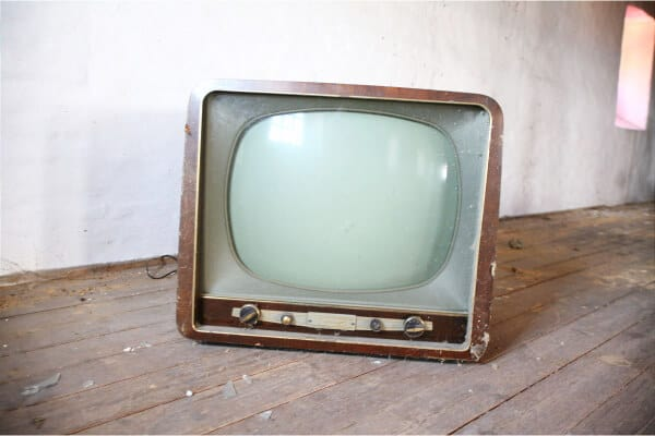 una television antigua como medio de comunicación tradicional